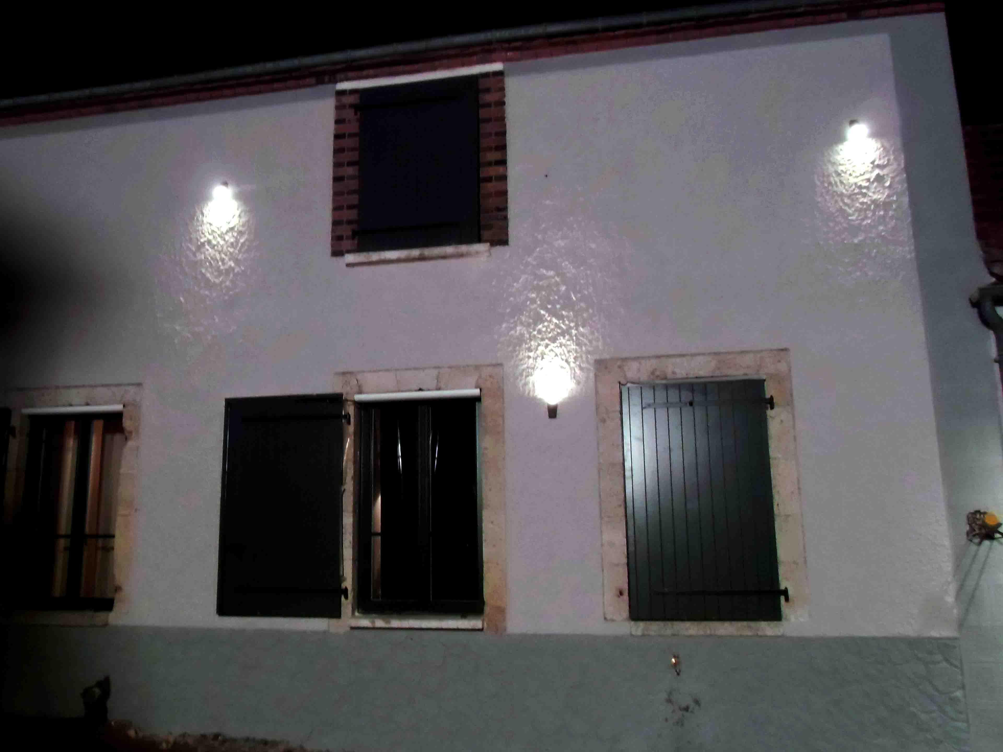 Emission d co id e d 39 eclairage de fa ade de maison for Luminaire exterieur facade design